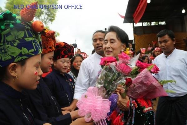 อองซาน ซูจี กับผู้สนับสนุนกลุ่มชาติพันธฺุ (ภาพ NLD Chairperson/Facebook)