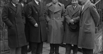 นายพล อองซาน ครั้งเดินทางไปลงนามกับรัฐบาลอังกฤษ (ภาพโดย Getty Images ที่มาภาพ http://www.oxfordburmaalliance.org/independence--general-aung-san.html)