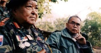 ภาพนายพล โบเมียะ (ซ้าย) กับ พะโด่ มาน ฉ่า ลา พา ภาพเมื่อครั้งร่วมงานวันการปฏิวัติกะเหรี่ยงครั้งที่ 55 ปีค.ศ. 2004 (ภาพโดย: Htain Linn)  ที่มาภาพ: http://www2.irrawaddy.com/article.php?art_id=20754