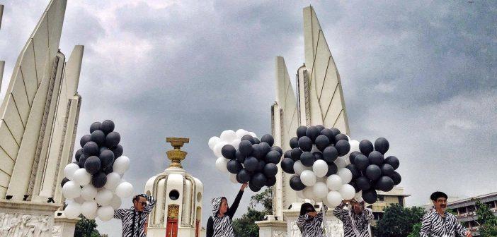 """กิจกรรม """"zebra walk"""" เดินเท้าสู่อนุสาวรีย์ประชาธิปไตยคึกคัก คนไทย-คนต่างชาติให้ความสนใจตั้งคำถาม """"ทำไมต้องม้าลาย"""""""