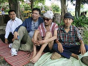 (จากซ้าย-ขวา) นายทัศน์กมล โอบอ้อม , นายดุลยสิทธิ์ สนิทวงศ์ ณ อยุธยา, ปู่คออี้และนอแอะ วันที่ 3 กันยายน 2554