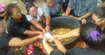 ชาวเลชุมชนราไวย์ร่วมทำพิธีอาโบ๊ยให้สมาชิกที่จะถูกไล่รื้อบ้าน
