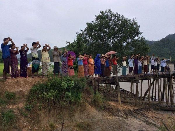 ชาวบ้านร่วมกันแสดงสัญลักษณ์คัดค้านโรงไฟฟ้าถ่านหิน