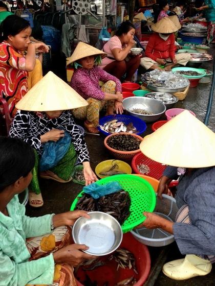 ตลาดยามเช้าที่เมืองลองเซิน แม่ค้าบอกปลามีไม่มากเหมือนแต่ก่อน แต่ก็ยังมีความหลากหลายของชนิดพันธุ์