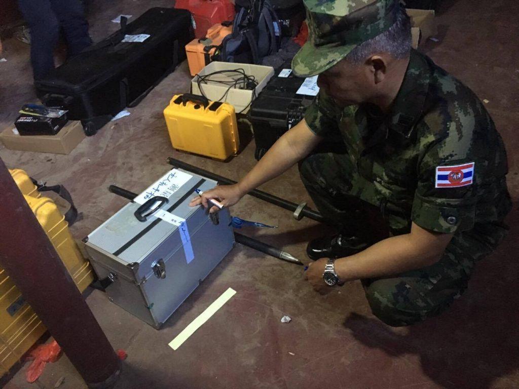 เจ้าหน้าที่นรข.ขึ้นไปตรวจสอบและปิดผนึกอุปกรณ์สำรวจบนเรือสัญชาติจีนระหว่างแล่นผ่าแม่น้ำโขงในพรมแดนไทย
