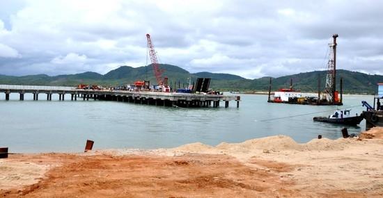 ท่าเรือเล็กสำหรับลำเลียงอุปกรณ์ก่อสร้าง