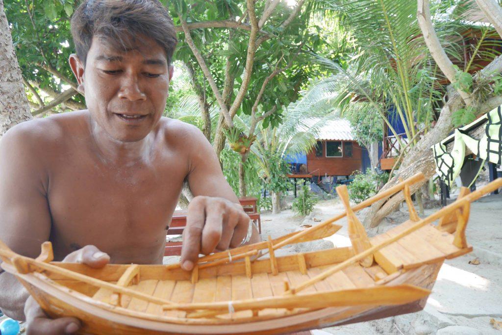 นิวัฒน์ กับเรือเชียง จำลอง ในโครงการอูรักลาโว้ย เกาะหลีเป๊ะ