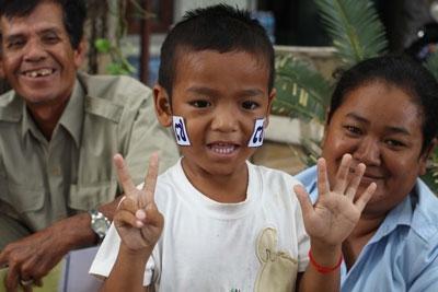 """ผู้สนับสนุน """"สม รังสี"""" พาลูกหลานมาร่วมกิจกรรมหาเสียง ที่ที่ทำการพรรค CNRP พนมเปญ"""