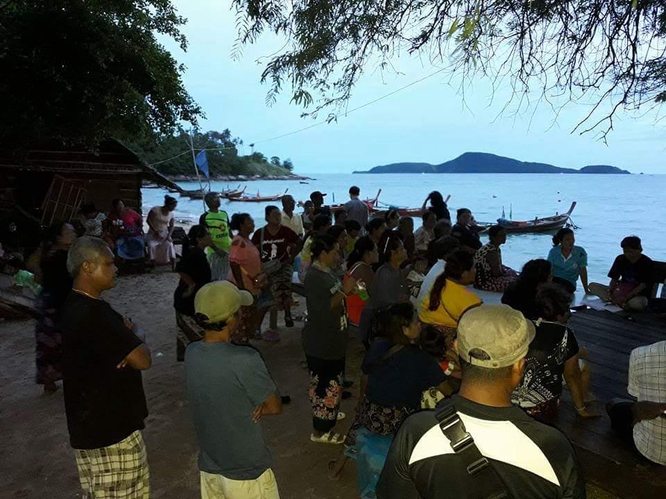 ชาวเลชุมชนราไวย์ร่วมกันประชุมเตรียมงานวันรวมญาติชาติพันธุ์ชาวเล ครั้งที่ 7 (ภาพจากเฟซบุ๊กชาวเล ราไวย์)