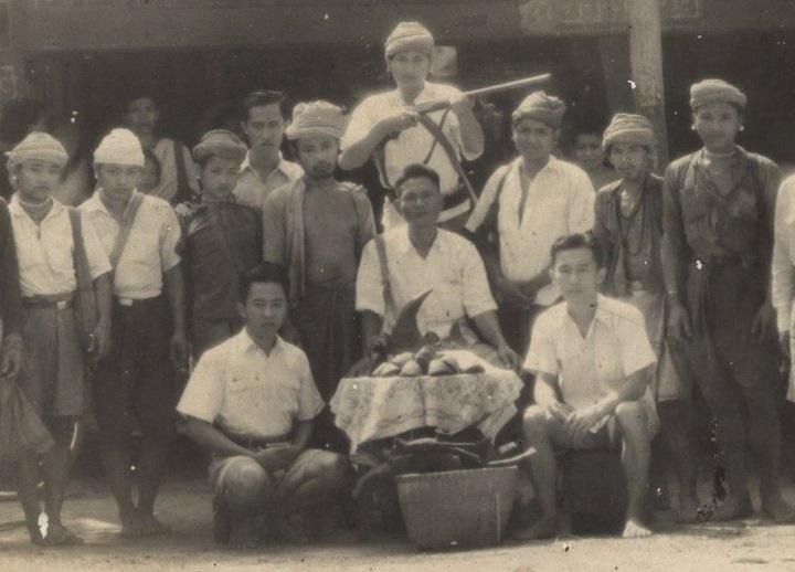 ถ่ายเมื่อปี พ.ศ.2493 หน้าร้านยาไทยสมบูรณ์ ร้านของพ่อค้าคนจีนขุนพรรคพานิช (ก๋งบ๋งเตี่ย) ที่รับซื้อนอแรด (ปัจจุบันอยู่ตรงข้ามกับ โรงรับจำนำเก่า ของเทศบาลเมืองราชบุรี) ปีนั้นนายระเอิน บุญเลิศ บิดาของนายวุฒิ บุญเลิศ ได้พากลุ่มนายพรานกะเหรี่ยงไปขายนอแรดที่จังหวัดราชบุรี