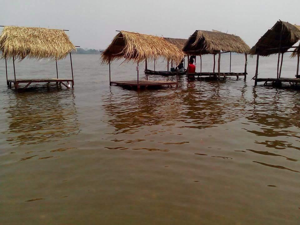 ร้านอาหารริมน้ำโขงที่บ้านน้ำก่ำใต้ ตำบลน้ำก่ำ อำเภอธาตุพนม จังหวัดนครพนม  ถูกน้ำท่วมหลังจากจีนปล่อยน้ำจากเขื่อน (ขอบคุณภาพจากเฟสบุค  Thapanee Muangkote)