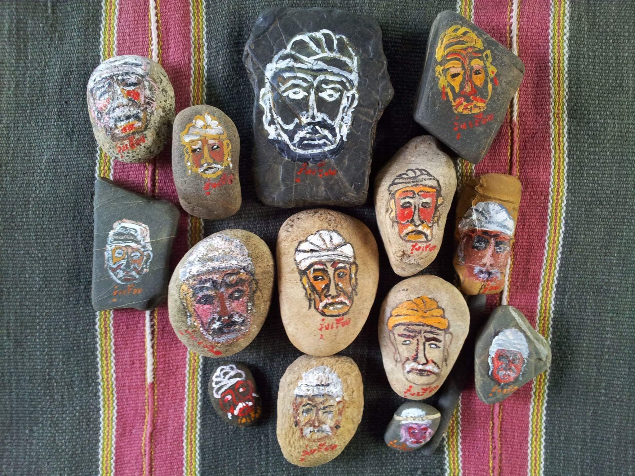 ภาพเขียนปู่คดออี้บนก้อนหินริมแม่น้ำปายโดยรุ่งเรือง ปรีชากุล